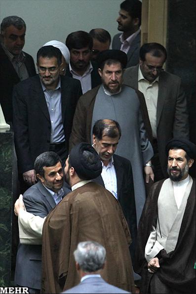 عکس:صف روبوسی با رئیس جمهور