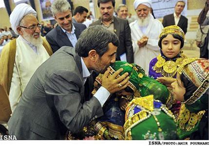 عکس:استقبال دختران شیرازی از احمدی نژاد