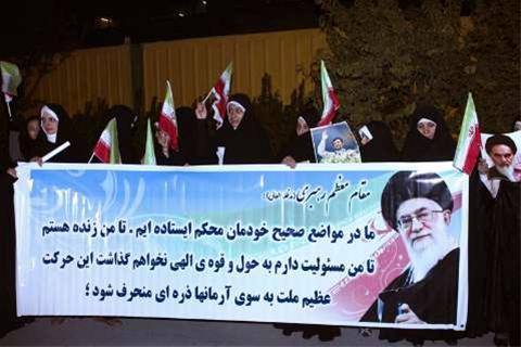 عکس:روسری سفیدها و استقبال خودجوش از احمدی نژاد