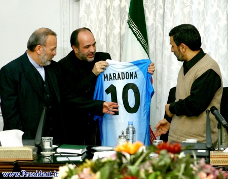 عکس: اهدا پیراهن مارادونا به احمدینژاد