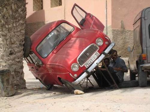 عکس: وای این آقا زیر این ماشین چکارمی کنه
