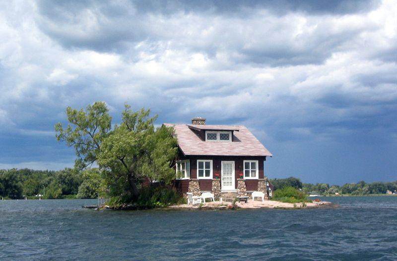عکس دیدنی: جزیره ای با یک خانه!