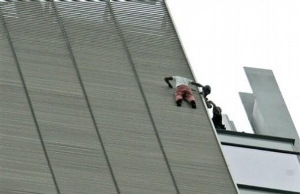تصاویری از اقدام خطرناک یک مرد!