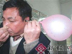 مردان و زنان شگفت انگیز(16)/مردی که با گوشهایش بادکنک باد می کند