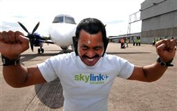 مردان و زنان شگفت انگیز(13)/مرد هندی هواپیما را با گوشهایش جابجا کرد