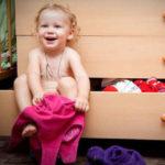 چگونه کودک را به لباس پوشیدن تشویق کنیم؟