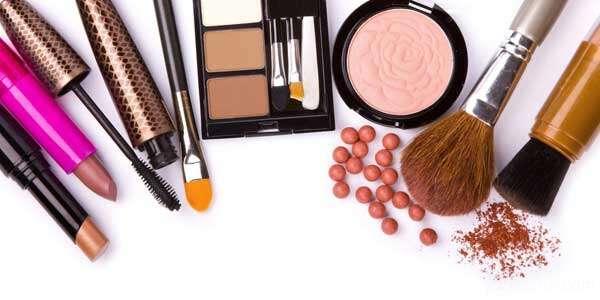 علت آرایش بیش از حد زنان