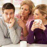 با خواستگاری که به مادرش وابسته است چه باید کرد؟