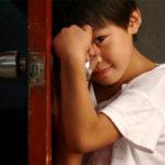 اگر یک کودک خجالتی و درونگرا دارید هرگز این برخوردها را با وی نکنید