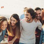 در جمع های دوستانه احساس راحتی میکنید یا نه؟