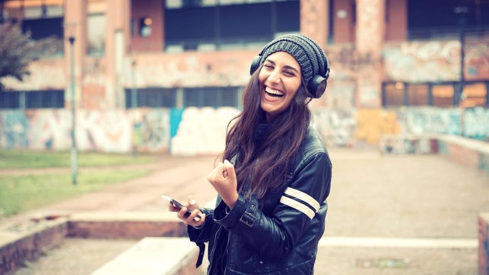 چگونه میتوان با وجود مشکلات زندگی همچنان شاد و خندان بود؟