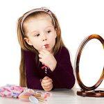 چه کنیم تا کودکمان از لوازم آرایش استفاده نکند؟