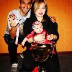 عکس یادگاری حسین ماهینی و همسرش با جام قهرمانی پرسپولیس