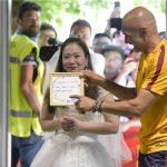خواستگاری یک هوادار با لباس عروس از توتی