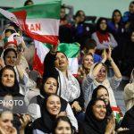 زنان تماشاگر در مسابقه والیبال ایران و بلژیک