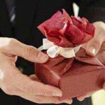 نحوه هدیه دادن به خانم ها + عاشقانه ترین هدیه قرن خانمها