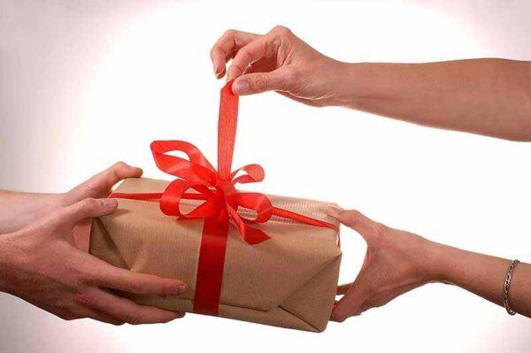 نحوه هدیه دادن به خانم ها