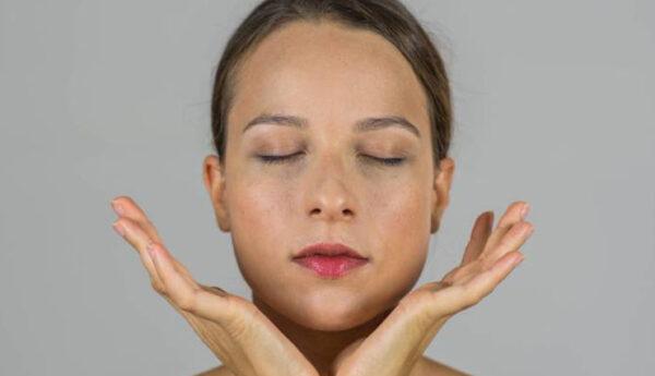 ۹ حرکت یوگای صورت برای صاف شدن پوست