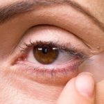 نحوه استفاده از نوار چسب در کشیدن خط چشم بی نقص + راهنمای تصویری