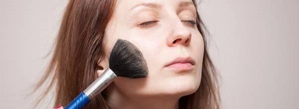 جوش صورت مان را در آرایش چگونه محو کنیم؟