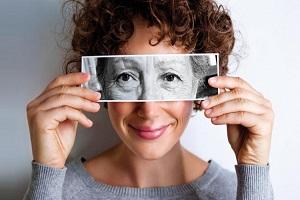چروکهای دور چشم را چگونه درمان نمائیم؟ و یا از وقوع آن پیشگیری کنیم؟