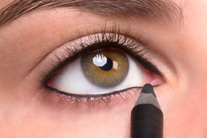 نحوه کشیدن خط داخل چشم برای پرپشت تر نشان دادن مژه ها