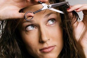 راهنمای ساده و آسان برای کوتاه کردن چتری مو در خانه!
