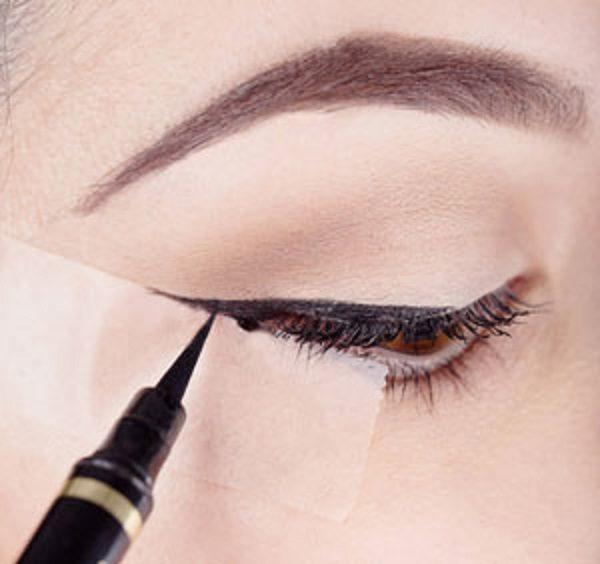 کشیدن خط چشم با مداد چشم